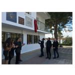 Momento en el que el alcalde Sergio Alfaro descubre la placa conmemorativa del 50 aniversario