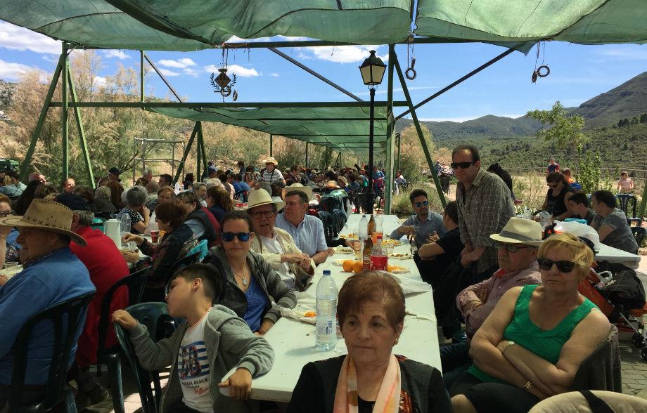 Cientos de vecinos asisten a la Romería del 50 aniversario para disfrutar de una jornada lúdica y muy emotiva