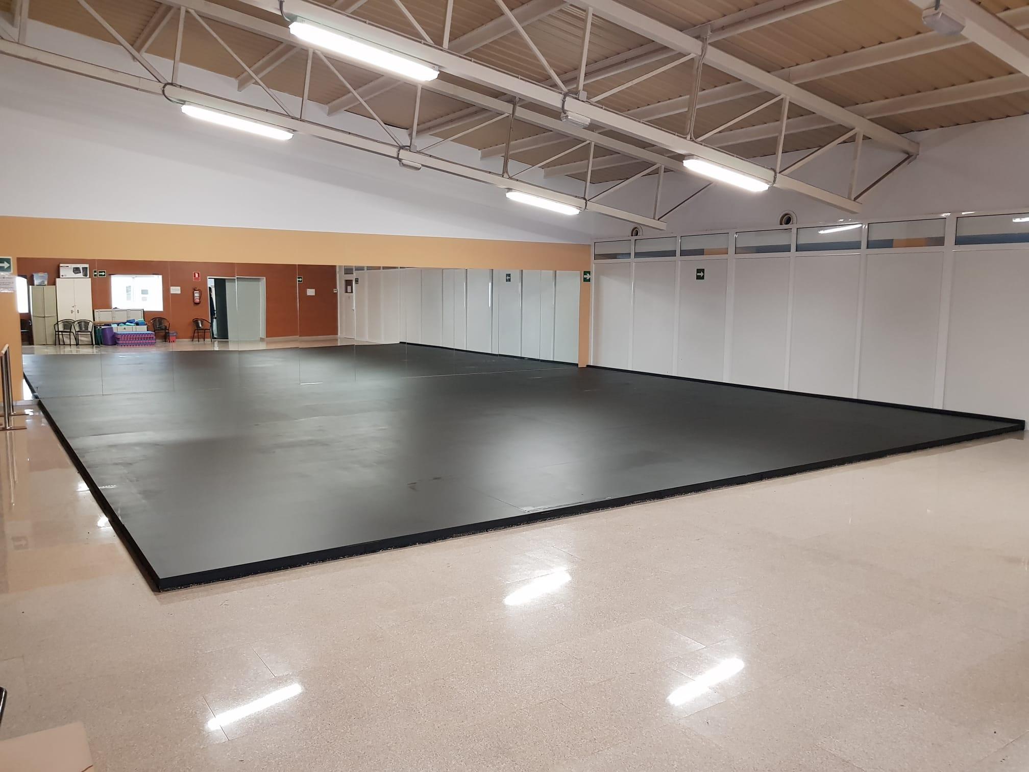 La sala de los espejos de la Casa de la Cultura se acondiciona con una tarima de 80 metros cuadrados