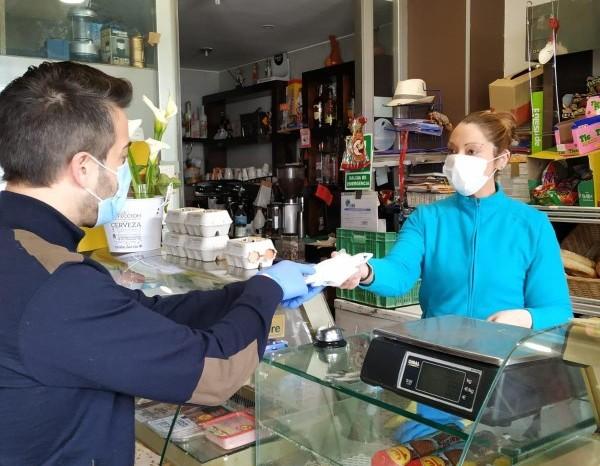 Alfaro entrega material de protección a los comercios