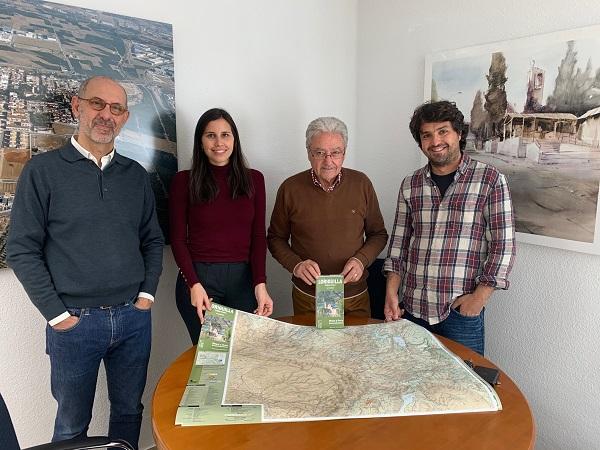 El Tossal Cartografíes entrega el primer mapa del Pueblo Viejo al Ayuntamiento de Loriguilla