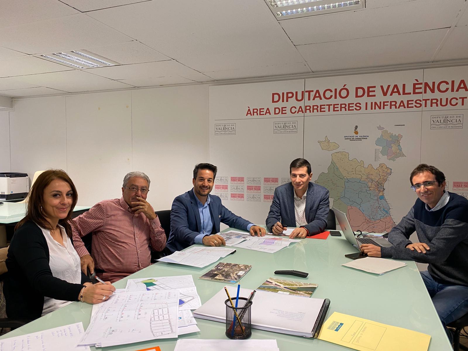 El Ayuntamiento mantiene una reunión con el diputado de Carreteras para estudiar la mejora de los accesos al municipio y al área industrial