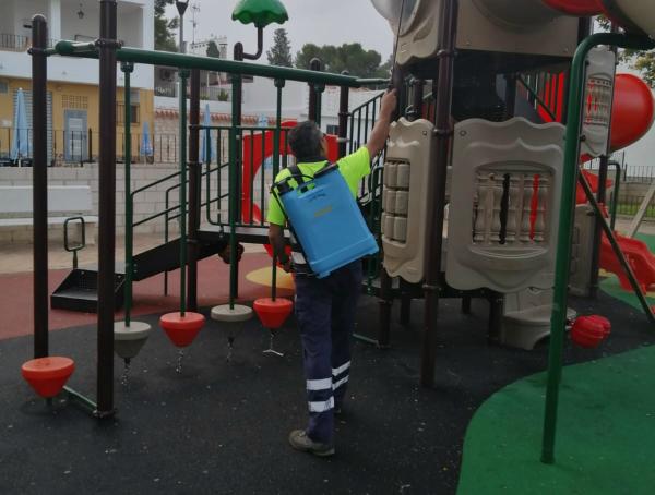 La Brigada municipal desinfecta tres veces por semana los parques infantiles