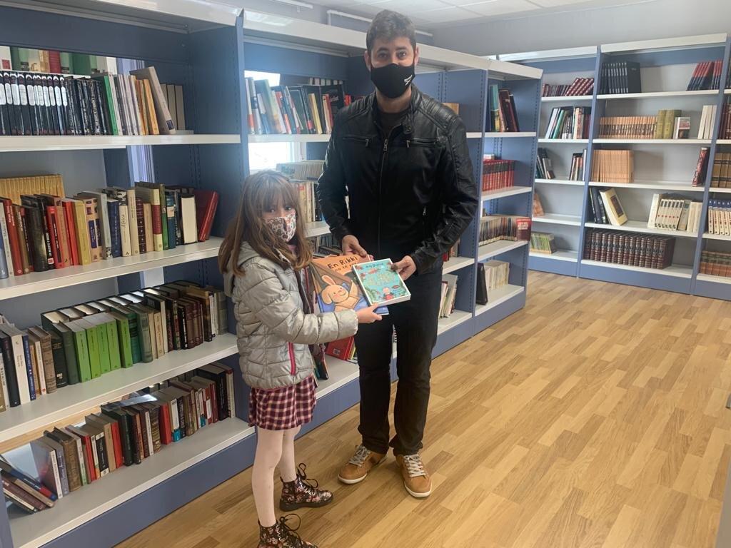 """María Pilar Usach y María de la Luz Ojeda, ganadoras del concurso de fotografía """"Loriguilla, un pueblo que lee"""""""
