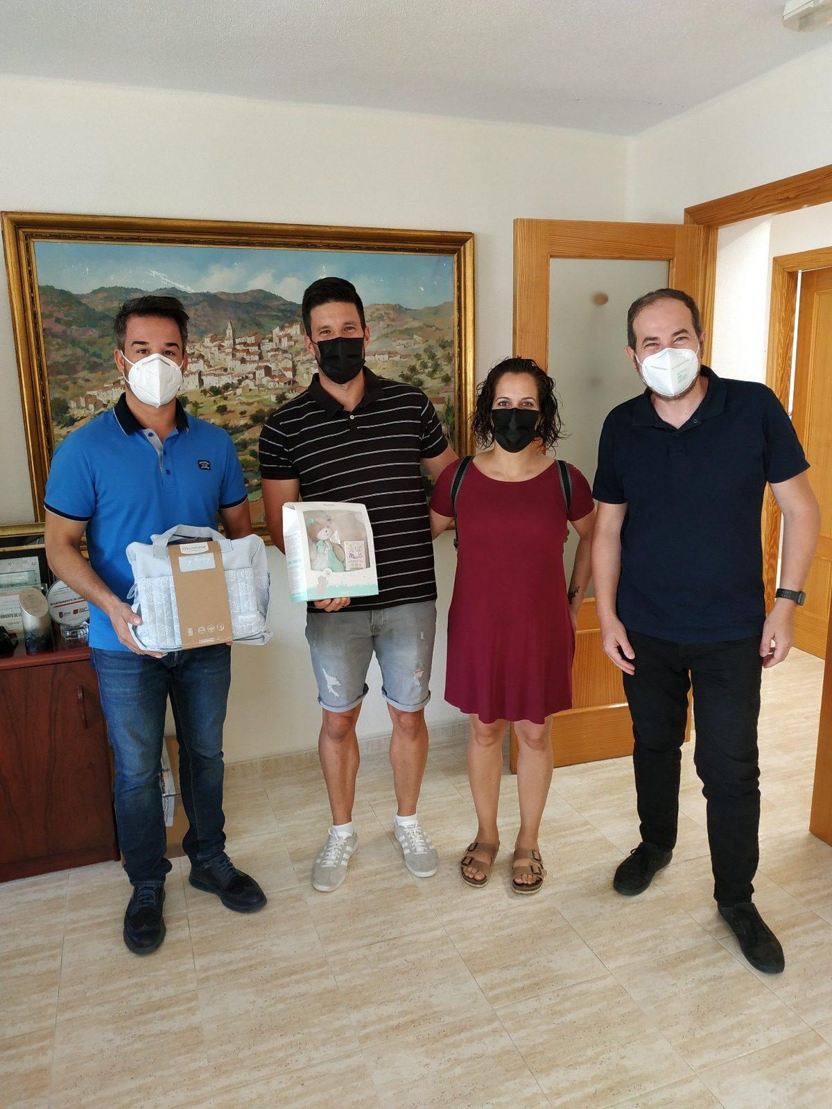 El Ayuntamiento de Loriguila entrega lotes de productos de higiene y cuidado entre las familias de recién nacidos
